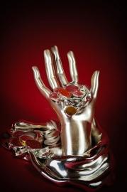 Серебряная статуэтка Рука Фортуны с монетами